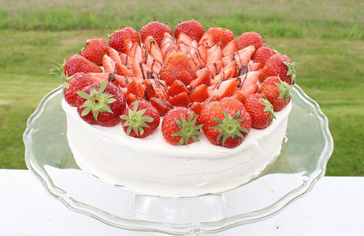 Ingenting slår smaken av en kremfylt bløtkake med jordbær. Her er oppskriften på en enkel, saftig og lettlaget kake, slik mormor lagde den. Oppskriften er beregnet til en 22 cm form. Du må gjerne kjøpe en ferdig kakebunn, men vil du prøve å bake selv gir jeg deg oppskriften på hvordan lage det perfekte sukkerbrød. Har du en håndmikser, noen egg, sukker, litt mel og en kakeform er det bare å sette i gang. Husk at du får et bedre resultat om du benytter romtempererte egg.