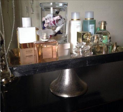 Mooie parfumflesjes uitstallen op een dienblad. De proefmonstertjes in een mooie glazen pot. (Maison Manon)