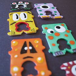 Who knew those little plastic bread bag clips could make such fun little monsters! Great for Halloween treat bags. [tutorial]
