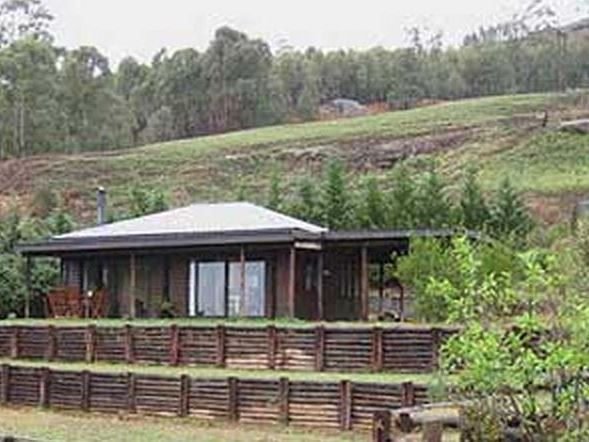 Stoney Way Cottage accommodation near Underberg and Southern Drakensberg, Kwazulu Natal. Just a short walk from the center of the mountain village of Underberg, you will stumble upon a cosy log-cabin with big windows and even bigger views.