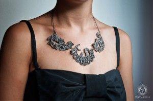 Jane: Un colgante espectacular, formado por tres piezas y una cadena de bolitas en plata envejecida.