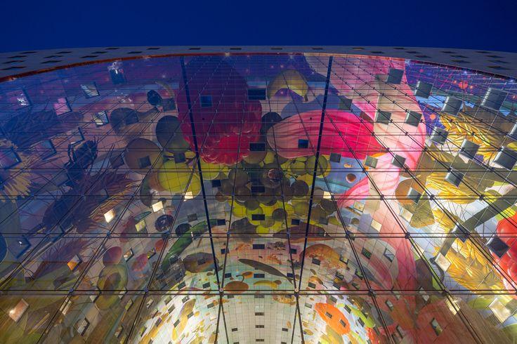Rotterdam Markthal, Rotterdam, Olanda, 2014 - MVRDV - Artisti: Coenen & Roskam. Un grandissimo spazio coperto di mercato e di vita, la cui struttura ad arco ospita ben 228 appartamenti. Protagonista del progetto è il murale, che esplode in tutti i suoi colori nel tema della Cornucopia sulle pareti interne della galleria.