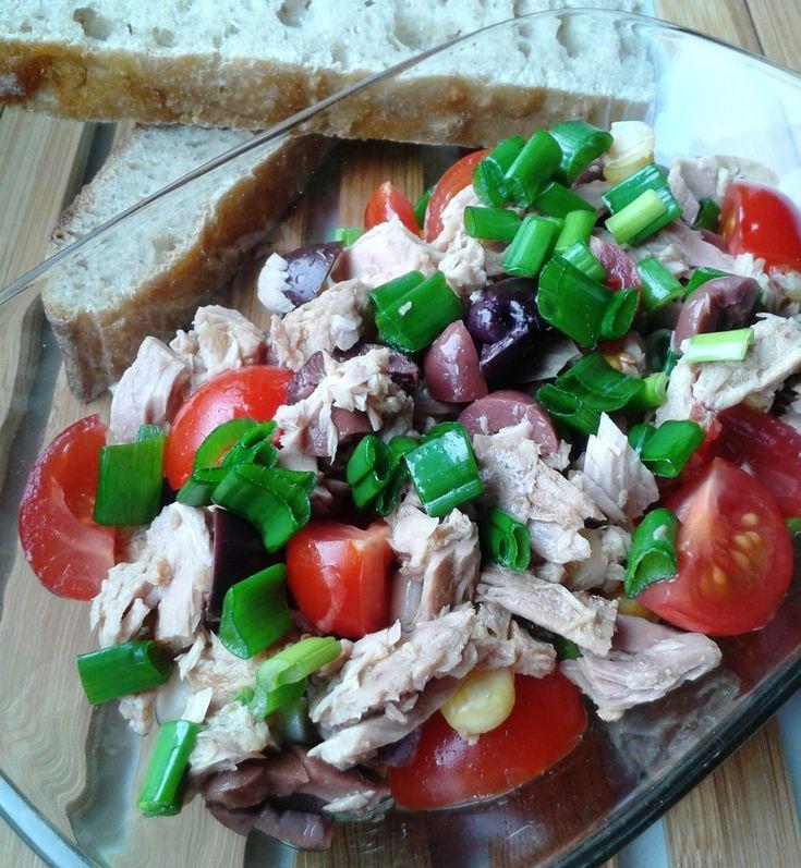 Salată de ton cu măsline și porumb sau un mod simplu de a mânca o masă consistentă, cu pește și legume proaspete, colorate, pline de substanțe hrănitoare.