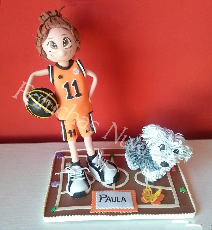 Fofucha jugadora de baloncesto junto a su perro #fofucha #gomaeva #fofuchas #regalo #perro #hechoamano #diy