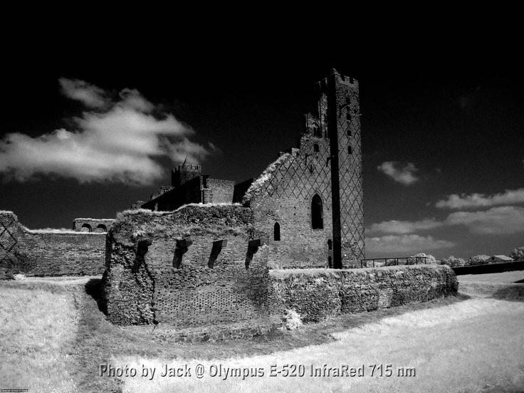 Resztka wspaniałego zamku w Radzyniu Chełmińskim. Aparat Olympus E-520 InfraRed