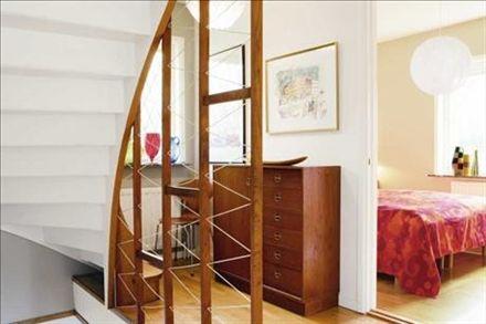 Trappan i hallen har kvar räcket från 50-talet, till och med snörena är original. Skåpet är gjort av en okänd formgivare men av extremt hög kvalitet, vilket är typiskt för tiden. Ovanför en litografi av Slas, i hörnet står en Myranstol i teak. Fönstret är fullt av glasvaser från Reijmyre glasbruk. Taklampan i sovrummet är en Pialampa av Tore Ahlsén, som också har ritat ett radhusområde i Kortedala.