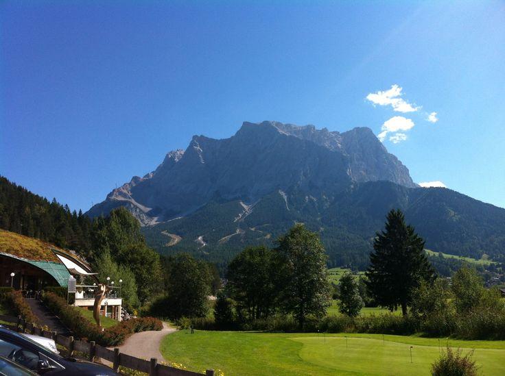 """Die Zugspitze ist mit 2.962 m der höchste Berggipfel Deutschlands. Bei so schönem Wetter wie auf dem Bild von ©tophi1407 hat man einen """"4-Länder Blick"""" :) Habt ihr auch Bilder von der Zugspitze? Dann schickt uns die Bilder auf unsere Webseite und gewinnt mit etwas Glück tolle Preise:) #xcodtgipfelblicktirolerzugspitzarena  #xchallengegoestirol  #xchallengebackstage  #discoverthemountains  #lovetirol  #tirolerzugspitzarena"""