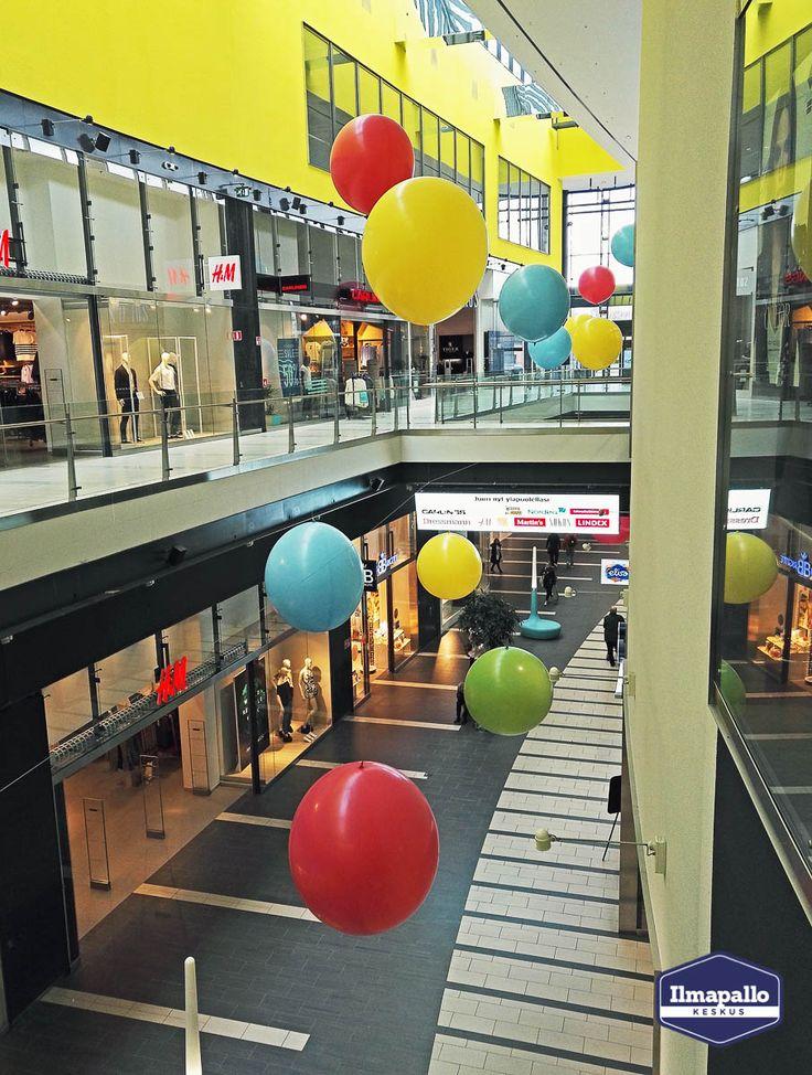 Ilmapalloja kauppakeskuksen somistuksessa.