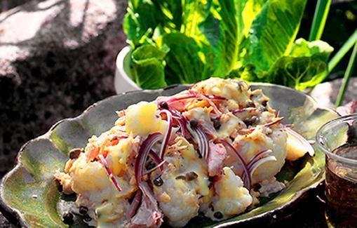 Valmista helppo kukkakaaliluske ranskankermasta, kapriksista, kanamunasta ja punasipulista.