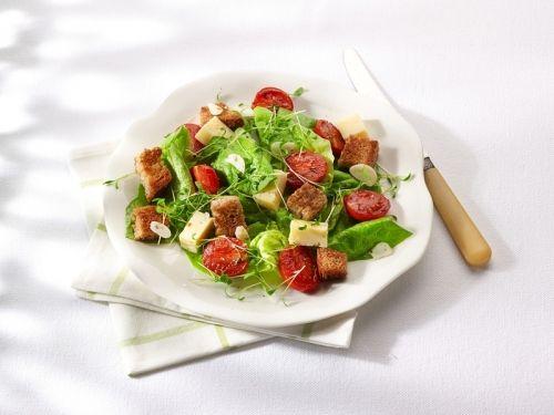 Lauwwarme salade van brood, tomaten, knoflook, kaas, waterkers en kropsla