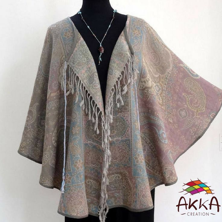 Cape veste en pure laine à motifs traditionnels paisley couleur pastels grises et bleues, réversible, chaude et douce.     Coupe épurée qui met en valeur la beauté des motifs du tissu.    100% laine.    https://www.etsy.com/fr/listing/589255859/cape-veste-en-pure-laine-a-motifs    #Cape #veste #laine #motifs #traditionnels #pastels #beauté #tissu #modefemmes #éthiquenouvelan2018