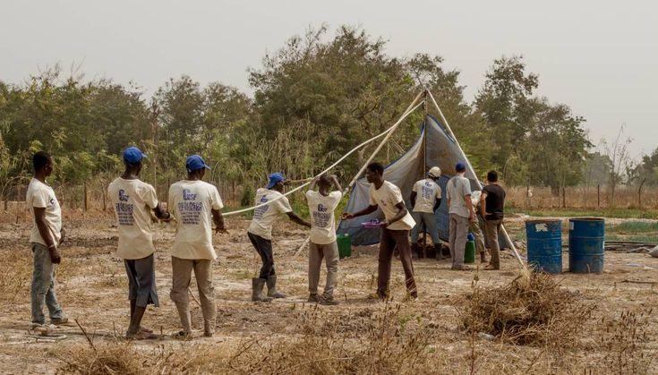 Trabajadores de Geólogos sin Fronteras trabajan en la perforación de un sondeo en Beleko, Mali, en febrero de 2016.