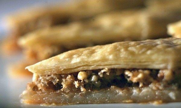 www.cicekkadin.com Sürpriz Baklava Tarifi- Bu baklava tarifi içerisindeki bol cevizli kek ile tüm diğer baklava tariflerinden ayrılarak, klasik baklavayı hem daha pratik hem daha lezzetli hale getiriyor.