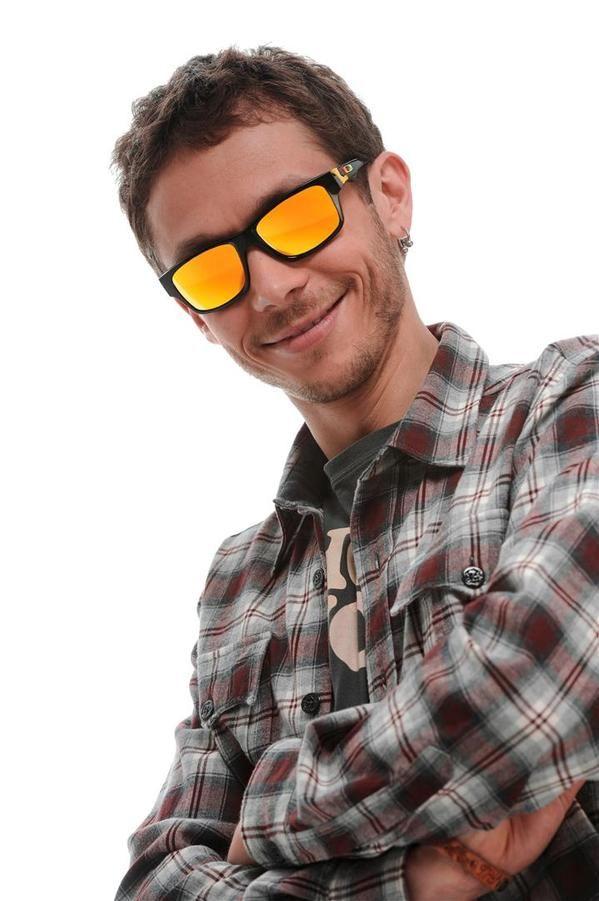 Oakley presenta la collezione di occhiali da sole Valentino Rossi Signature Series, le foto