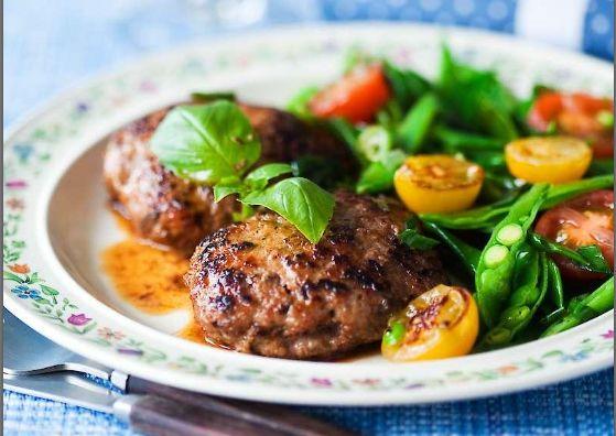 Prova den här smakrika varianten på biffar. Kalvfärsen kan bytas mot nötfärs, blandfärs eller lammfärs.
