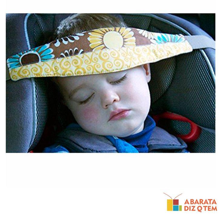 """O Protetor ajuda a melhorar a postura da criança no assento do carro quando ela está dormindo. Apropriado para qualquer tipo de assento e totalmente ajustável, possui um elástico firme, com um fecho atrás, que se prende à cadeirinha. O suporte é indicado para passeios ou longas viagens. Tranquilizando o condutor quando for necessário dar uma freada repentina, evitando o """"efeito chicote"""" e colaborando para que a criança não fique com a cabeça vulnerável a qualquer curva ou arranque do carro."""