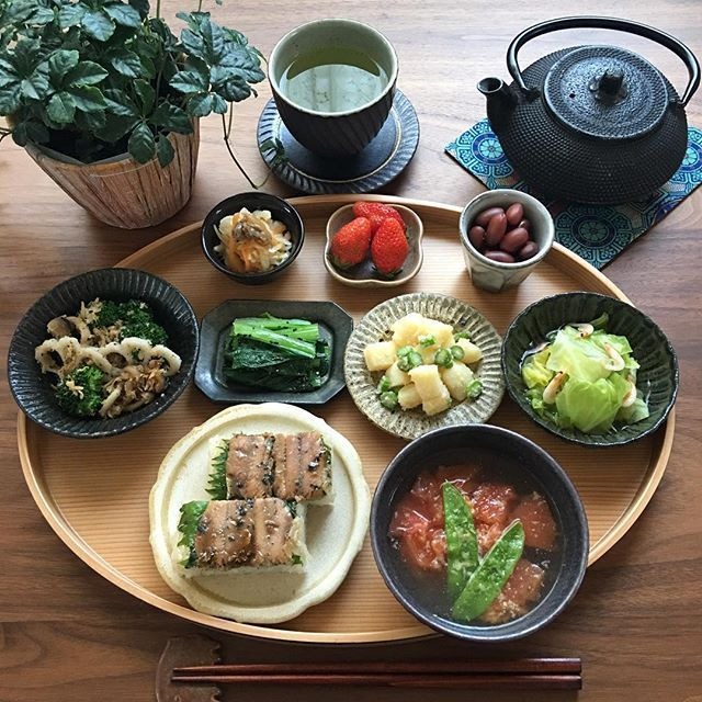 2017.4.14(金) 昨夜の鰯の生姜煮を押し寿司に。 胡瓜のスライスを挟んだけど見えませんね。 朝から二本も作ったからお弁当にも。 お弁当にはなるべく同じものにならない ようにしたいけど… 毎日のこととなると難しいです。 . 金曜日、今日も頑張りましょう♫ . ⁂ 鰯の押し寿司 ⁂ トマトとチーズのお味噌汁 ⁂ ブロッコリーと蓮根、しめじのパン粉焼き ⁂ 小松菜の胡麻和え ⁂ 明太マヨのポテトサラダ ⁂ 春キャベツと桜海老の煮浸し ⁂ 切り干し大根 ⁂ 煮豆 ⁂ いちご . . #おうちごはん #お家ごはん #朝ご飯 #あさごはん #家庭料理 #献立#器#うつわ#食卓#料理記録 #料理写真 #料理日記 #ワンプレート朝ごはん #つくりおきおかず #常備菜#押し寿司#豊かな食卓 #幸せの食卓部 #春の食卓はじめました #ruhru春のおうちごはんコンテスト #lin_stagrammer #4yuuu #instafood #foodlover #foodphoto #foodstagram #fooddiary #breakfast #丁寧な暮らし
