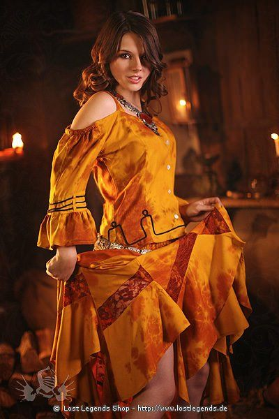 Freches mittelalterliches Dirnenkleid aus Viskose mit Batikfärbung bestehend aus einem bequemem Oberteil und langem Zipfelrock mit breitem Gummizug. Ob als Zigeuner-, Tänzer- oder Hübschnerin, mit diesem Kostüm sind Dir die Blicke der Mannen gewiss.