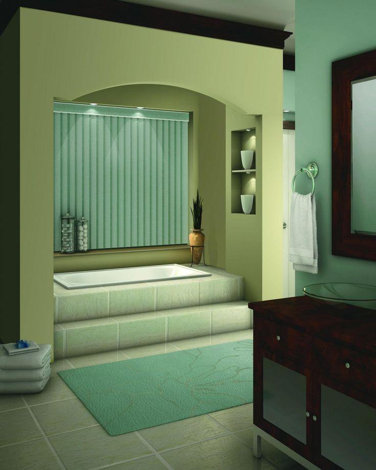 Le bleu Tiffany accentue les stores et le tapis et fait ressortir la douceur de la mer d'une salle de bain.