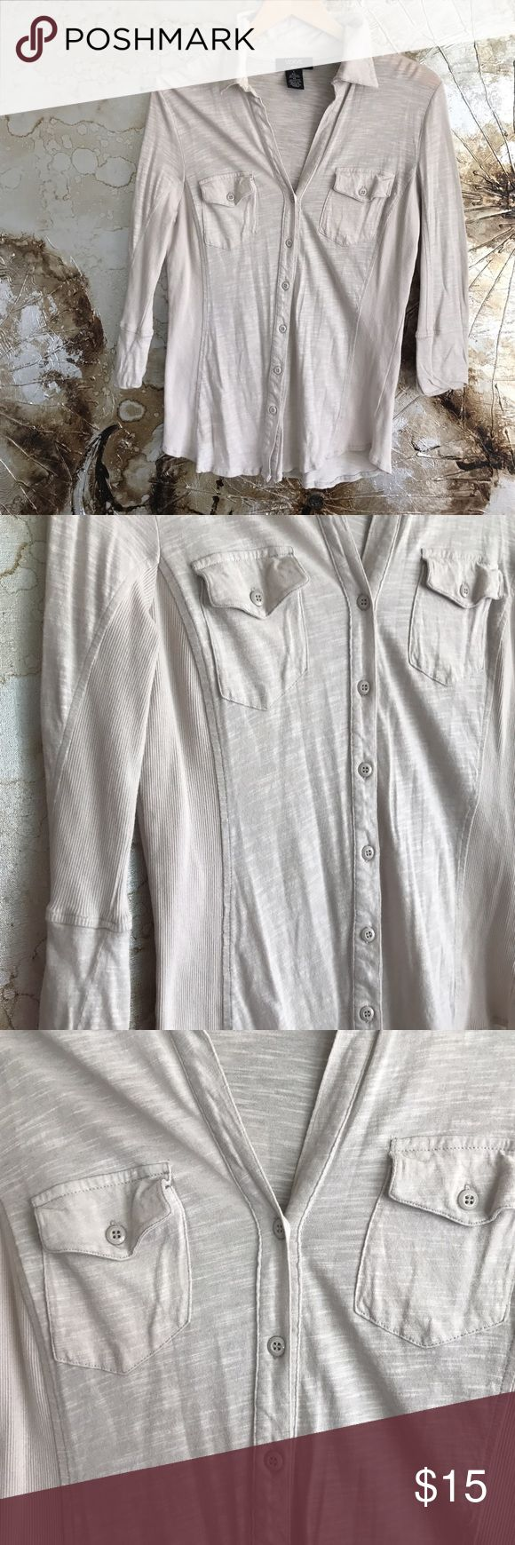 VERVE ami top Verve ami cotton blend button up T. Cute from pockets with waist fitting ribber sides. 3/4 sleeve lightweight enough to layer with a cardigan. Light gray in color. Size large verve ami Tops Button Down Shirts