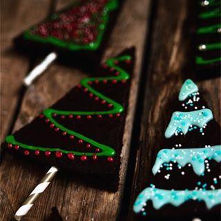 Vegane Weihnachtsbrownies backen wir uns heut'. Sie schmecken superlecker – zu jeder Jahreszeit. OK, im Sommer würde ich sie vielleicht nicht wie Christbäume dekorieren, aber erlaubt ist, was gefällt! Was die Größe oder Form der Backform angeht – macht euch …