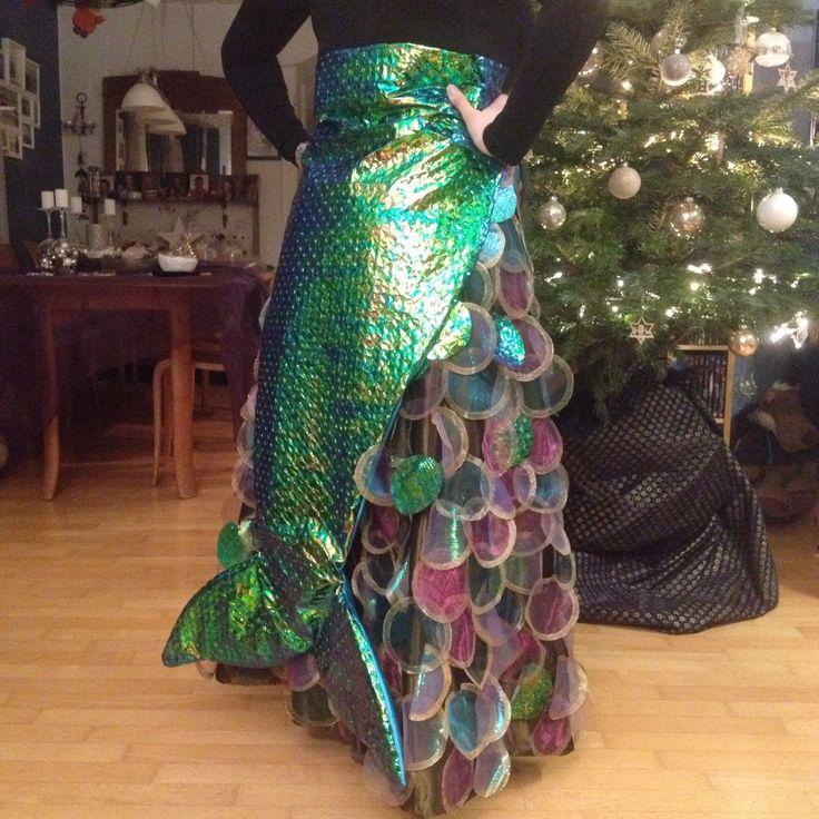 Meerjungfrau - Kostüm:  aus Organza mit Goldfarbe Kreise malen und ausschneiden und auf einen Rock nähen; dazu noch einen Fischschwanz aus Glitzerfolie nähen und umbinden