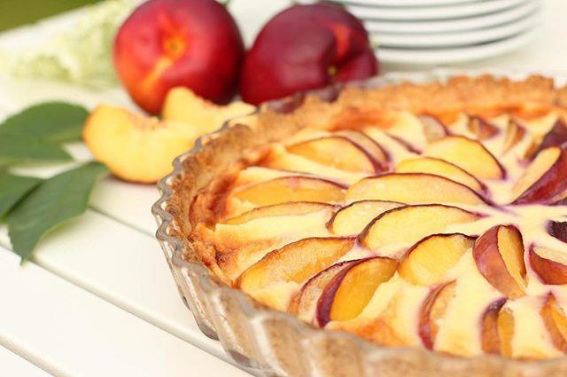 Härligt att kunna baka på säsongens frukter - här en väldigt god Nektarinpaj! 🍑 It's wonderful to be able to bake with f...