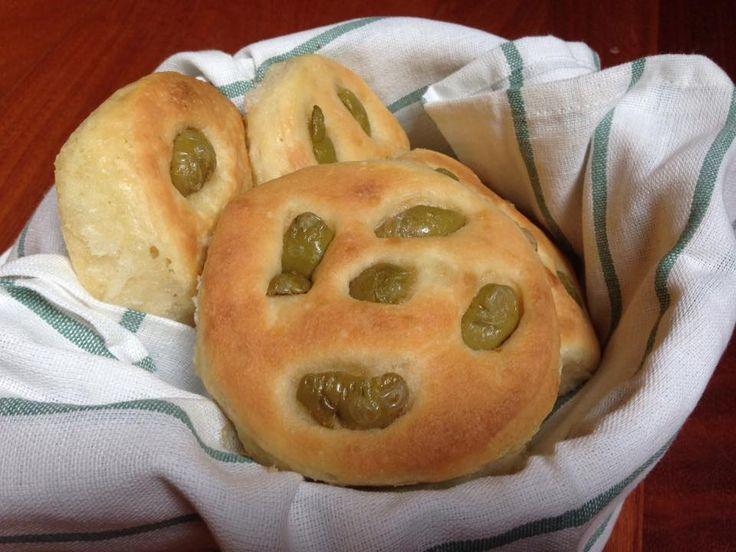 le focaccine soffici alle olive sono delle focaccine insaporite da ottime olive
