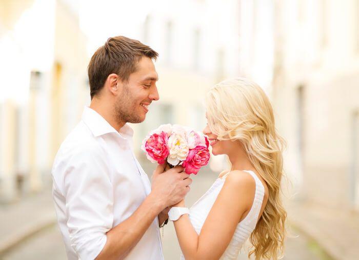女子が「花束を渡しながら言ってほしい!」と思う映画みたいなセリフ9パターン   スゴレン