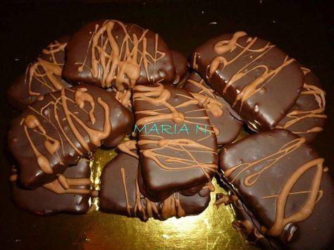 Υλικά: 500 γρ. κέικ τριμμένο στο μούλτι (ένα απλό κέικ, χωρίς ξύσμα πορτοκαλιού ή λεμονιού) 300 γρ. καρύδια ψιλοκομμένα ...