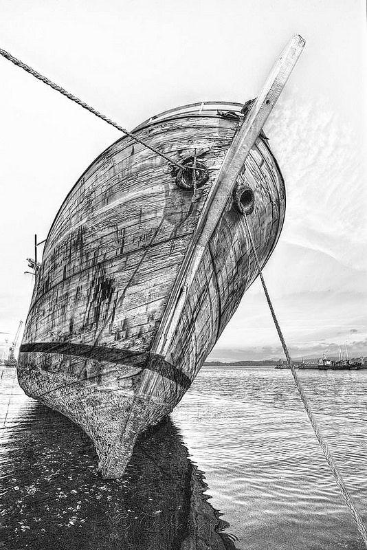 Embejecido y triste, el navio llora sogas de mar…