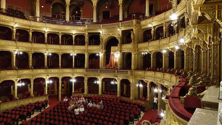 https://flic.kr/p/yagZfq | Budapest : Opéra d'État hongrois | L'Opéra d'État hongrois est une salle d'opéra de style néorenaissance, située à Budapest. Il héberge l'opéra national de Hongrie. Le bâtiment, richement décoré, est considéré comme un chef-d'œuvre d'architecture néorenaissance avec, cependant, des éléments de style baroque.   En 1888  Gustav Mahler est nommé directeur, c'est l'âge d'or de l'Opéra de Budapest. Le public budapestois était surtout habitué au répertoire italien…