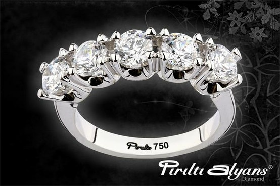 Pırıltı alyans'tan çok özel bir 5 taş modeli.. Pırıltı Alyans, Wedding World Kuyumcukent AVM Altın Meydan No:110'da...  www.piriltialyans.com www.weddingworld.com.tr http://www.facebook.com/weddingworldavm