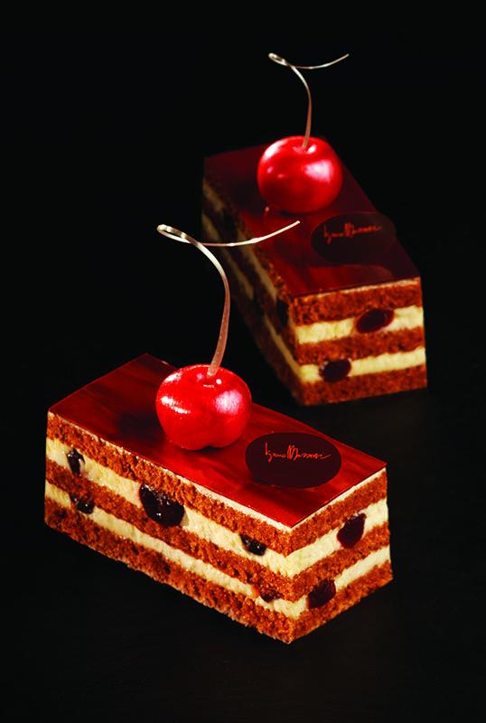 Foresta Nera con aggiunta di amarene Sottile strato di cioccolato fondente Ciliegia in zucchero soffiato