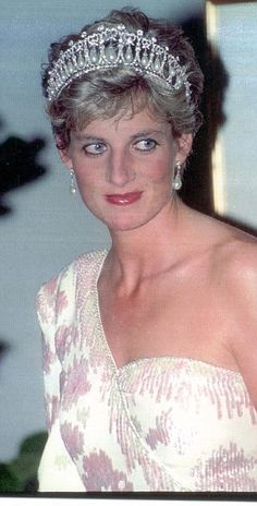 She teamed it with her one-shoulder gown to attend a state banquet given by President Coll...