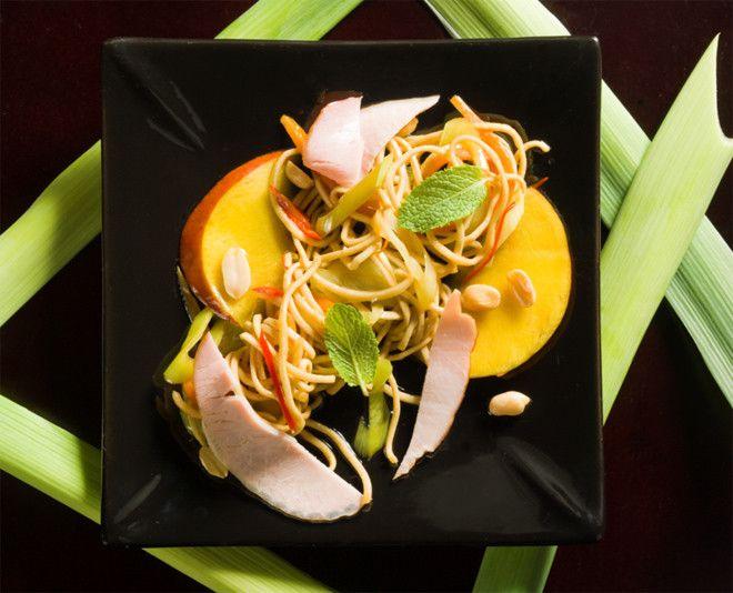 Салат с жареным арахисом и фасолью