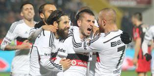 C Sivok benzeri önemli isimlerinden yoksun sahaya çıkan Beşiktaş, Avrupa yorgunu olmasına karşın maçın büyük bölümünde üstün olan taraftı. Siyah-beyazlı ekip, sakatlıktan yeni kurtulan Oğuzhan ın 64 te attığı golle galibiyete ulaştı. Gökhan Töre nin bir şutu ise direkte patladı. Beşiktaş bu sonuçla ligde üst üste beşinci galibiyetini elde ederken, maç fazlasıyla rakiplerine kaptırdığı liderlik koltuğunu geri aldı. The post Kartal liderliği kaptırmadı appeared first on .