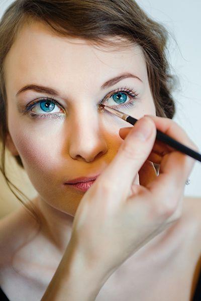 Ведущие визажисты MAC в России показывают, как правильно делать макияж с акцентом на уголки глаз.