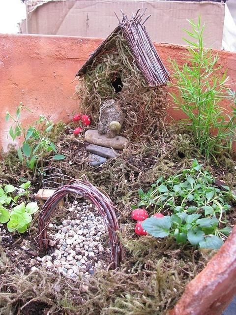 cute potted scene...I wanna make one!Pots Scenei, Gardens Ideas, Pots Scene Mak, Scene I Wanna, Fairies Gardens, Pots Scene I, Chic Fairies, Herbs Gardens, Scenei Wanna