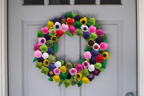 Egg Cartons made into a Colorful Floral Wreath - krans maken van eierdoos