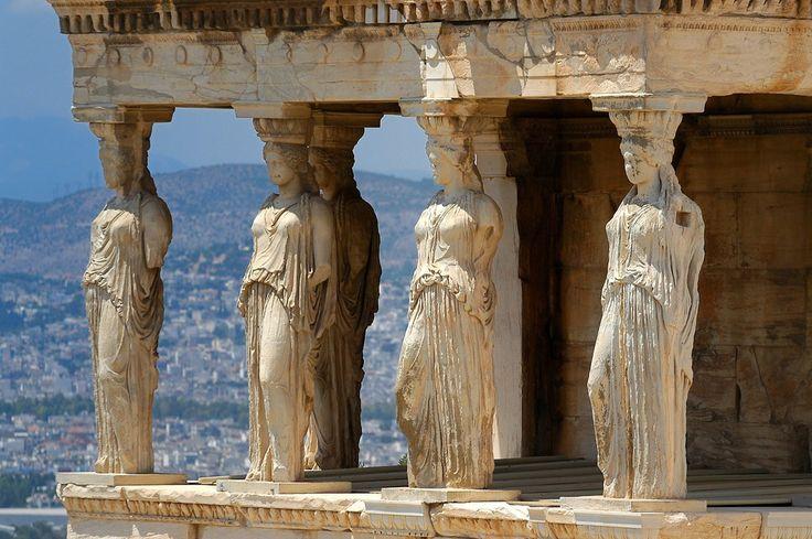 PÓRTICO DE LAS CARIÁTIDES. Ubicado al sur del templo de Erecteón. En él, seis estatuas de mujeres jóvenes drapeadas, de 2,3 metros de altura, sirven de columnas, soportando el entablamento. La construcción del templo, empezó durante la Guerra arquidámica. Comenzó cuando la tregua de la Paz de Nicias en 421 a. C. y fue acabado entre 409 a. C. y 405 a. C.