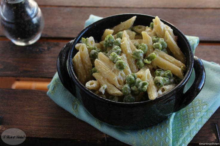 La pasta con stracchino e piselli è un primo piatto vegetariano e sfizioso, adatto per chi ha voglia di un pasto ricco e facile da realizzare.