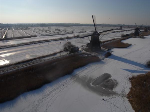 @hanjonk Schaatsen Kinderdijk, hoezo oer Hollands tafereel? (tweet vrijdag) maar nu wel met de foto vanuit de vlieger. #prachtig pic.twitter.com/9SZWffjz