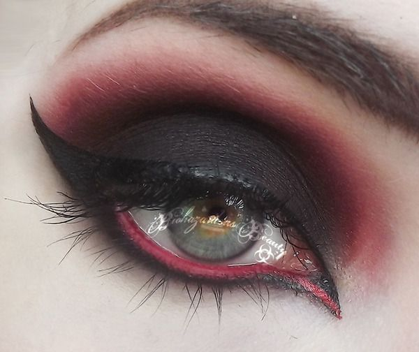 vampire eye makeup - Love the blood red in the waterline of her eye