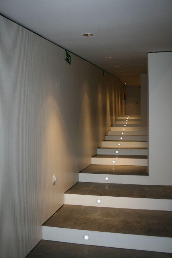 Revestimiento de pared con tablero acústico melamínico blanco fonoabsorbente.