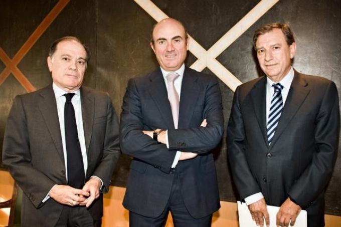 De izquierda a derecha, Tomás Villanueva, consejero de Economía y Empleo; Luis de Guindos, ministro de Economía; y Juan José Mateos, consejero de Educación.