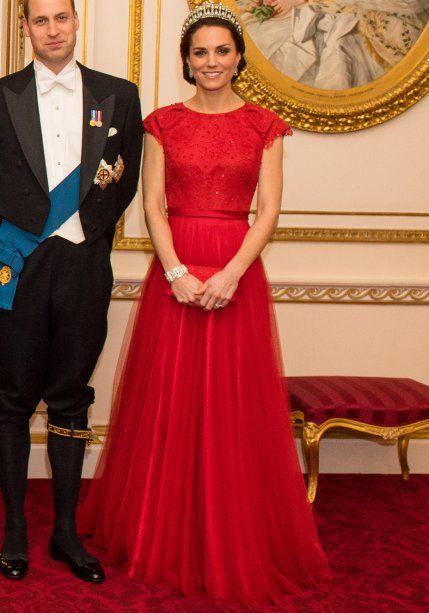 <strong>08 de dezembro de 2016</strong> – Durante um baile no Palácio de Buckingham, a Duquesa de Cambridge posa para foto oficial a bordo de vestido<strong> Jenny Packham</strong> feito sob medida. A tiara Lovers Knot, uma das favoritas de Lady Di, arremata.