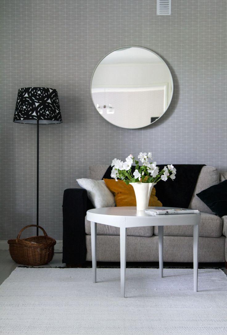 Olohuone, pyöreä sohvapöytä, pyöreä peili, Ikean lamppu. Living room, round coffee table, round mirror, lamp from Ikea.