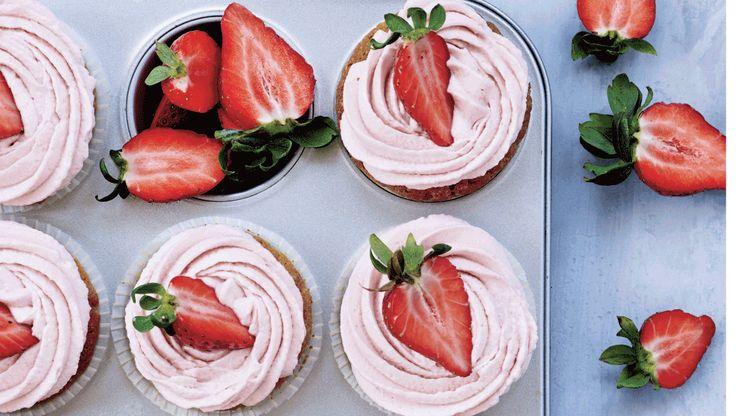 Servér de lækre cupcakes til eftermiddagskaffen, eller anret dem som en dessert med flere jordbær skåret i mindre stykker.
