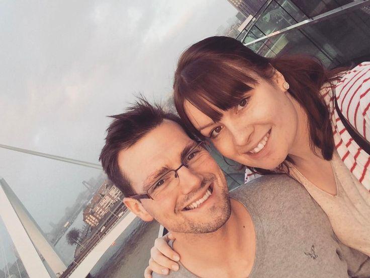 Eins meiner absoluten Lieblingsbilder! ☺️ Das ist auf unserer AIDA-Reise im Dezember in Rotterdam entstanden. Es war einfach so schön warm draußen, dass wir unsere dicken Winterjacken auf der Kabine lassen konnten. Ich würde auch wirklich immer wieder nach Rotterdam reisen. So eine wunderschöne Stadt ☝���� #rotterdam #erasmusbridge #erasmusbrug #rotterdamcity #aida #aidaprima #futurehusband #lovehim #love #couple #couplegoals #keepsmiling #loveofmylife #loveisintheair #travel…